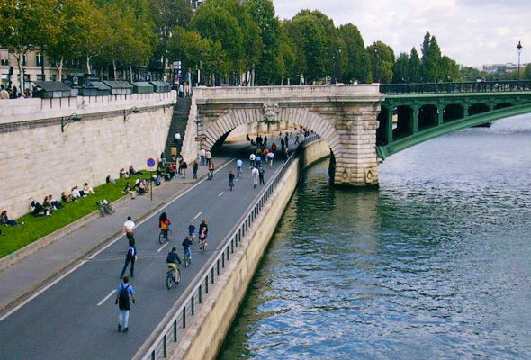 В Париже вдоль реки построили дороги. Позже это решение признали ошибочным. Теперь каждую неделю эти дороги перекрывают на один-два дня, а летом превращают их в пешеходную зону на месяц.. Изображение №30.