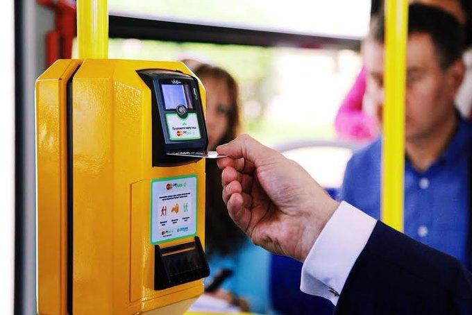Проезд вавтобусе теперь можно оплатить любой банковской картой. Изображение № 1.