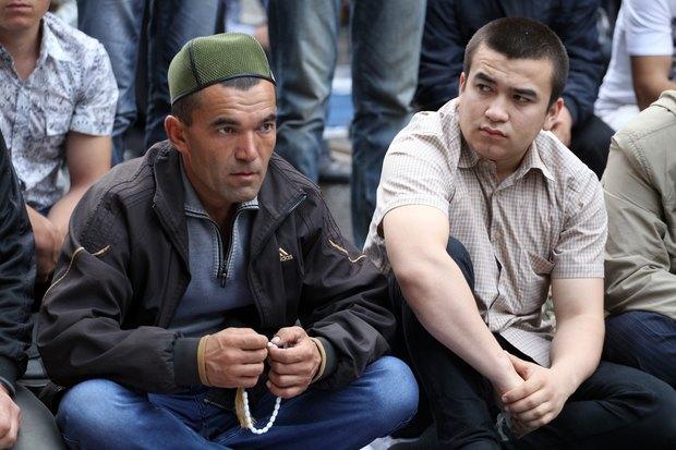 Мусульмане во время торжественного намаза по случаю праздника Ураза-байрам у Соборной мечети. Изображение № 1.