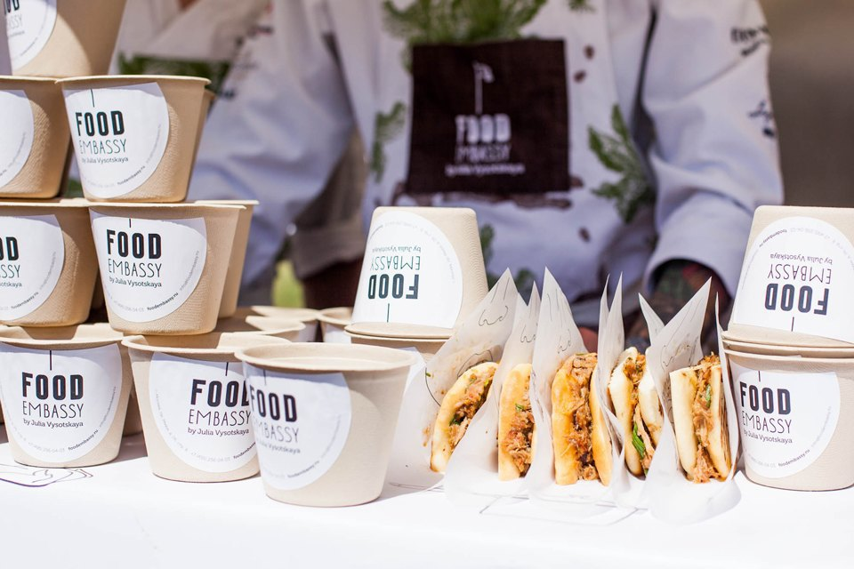 Контейнеры для салата «Кобб 192» и сэндвич в сирийской лепёшке с копчёной свининой в Food Embassy. Изображение № 16.