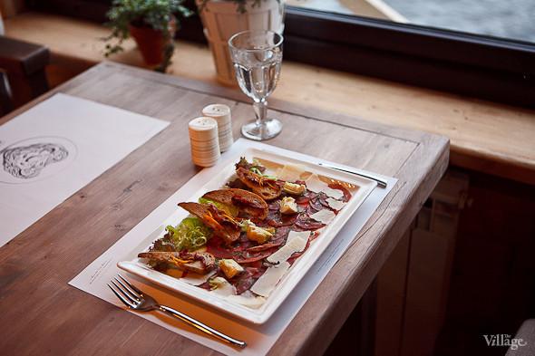 Карпаччо из говядины, приправленное оливковым маслом, с салатом из маринованного артишока с сыром пармезан — 380 рублей. Изображение № 29.