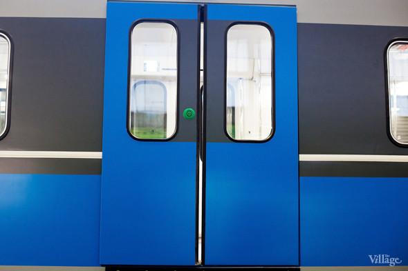 Раздвижные двери, открывающиеся с помощью кнопки, как снаружи, так и изнутри. Изображение № 6.