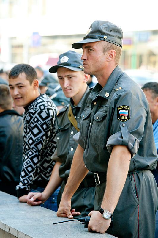 Полиция и ОМОН ведут себя подчеркнуто корректно. Никаких задержаний, приготовленные автозаки так и остались пустыми.. Изображение № 4.