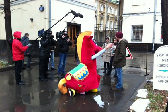 Лошадь убивает никотин: Антитабачная акция «Конь Долбак» в Москве. Изображение № 1.