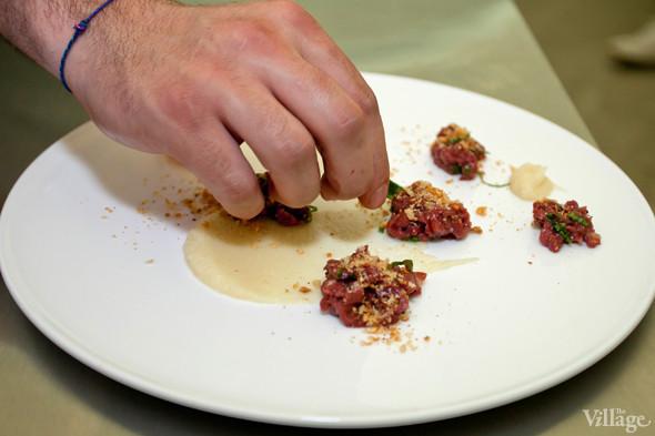 Omnivore Food Festival: Майкл Гринвольд и Симоне Тондо готовят орзотто из ячменя и тартар из голубя. Изображение № 16.