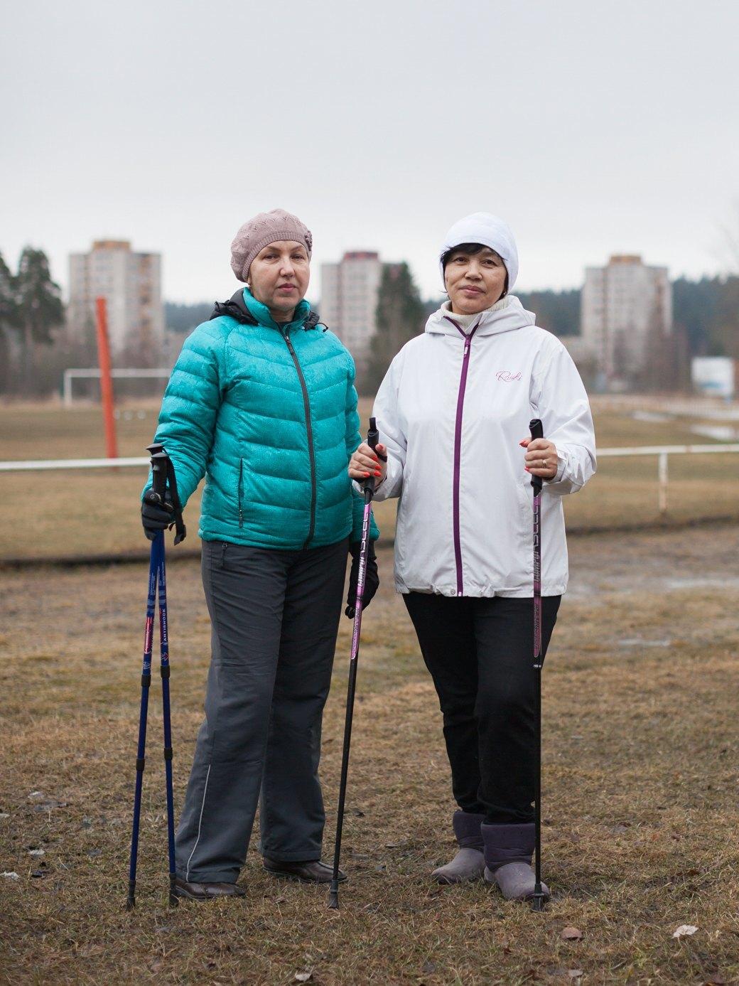 Жительницы Светогорска занимаются скандинавской ходьбой (слева — Ирина Бердникова). Изображение № 5.