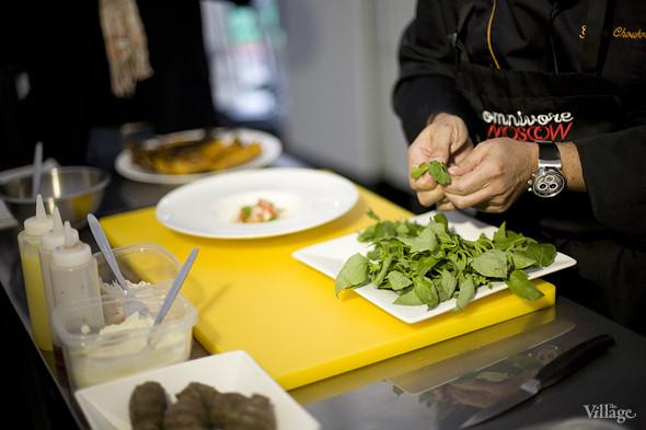 Украшая блюдо травами, Жиль их не режет, а отрывает целые листочки руками. Изображение № 34.