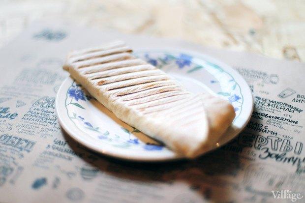 Лепёшка на гриле с вялеными томатами,  маслинами и сыром — 87 рублей. Изображение № 26.