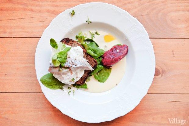 Салат с сельдью, яйцом-пашот и свекольным сорбетом — 190 рублей. Изображение № 20.
