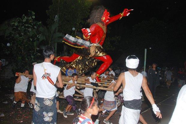 Как у них: Что делают в новогоднюю ночь жители Индонезии, Польши и Колумбии. Изображение № 3.