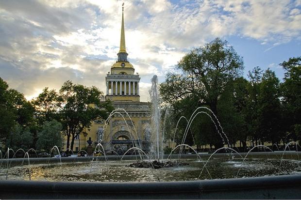 Фонтан в Александровском саду официально открыли в 1879 году. Его построили как самый большой фонтан города. В прошлом году десантники в День ВДВ повредили несколько насадок фонтана. Изображение № 10.