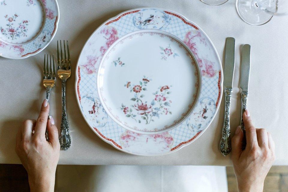 Порядок использования приборов: от самых дальних к тем, что лежат ближе к блюду . Изображение № 3.