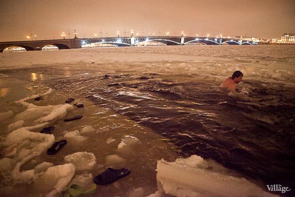 Фоторепортаж: Крещенское купание в Петербурге. Изображение № 15.