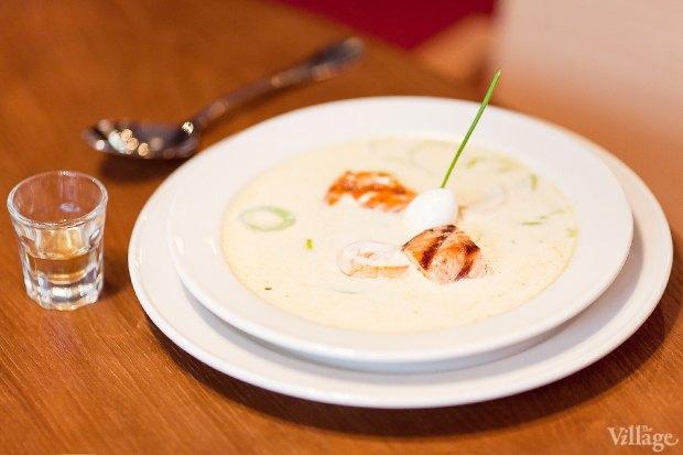 Исландский суп из форели с креветками, сливками и «наперстком» аквавита — 290 рублей. Изображение № 15.