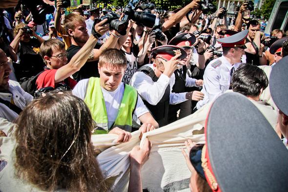 К каждому из полотнища подходит полицейский и пытается препроводить в автобус. Некоторые сопротивляются — задерживается вся колонна.. Изображение № 8.