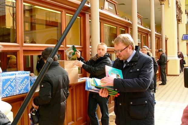 Посылка на почте детских книг в Латвию. Изображение №1.