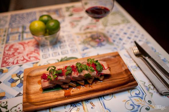 Стейк из свиной лопатки с медовой грушей на листе бамбука с перцем чили и кинзой. Изображение № 25.