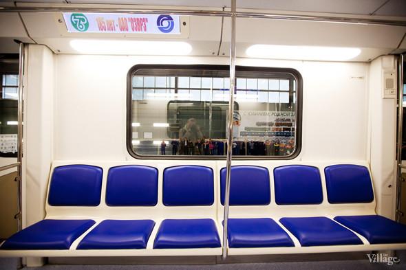 Дополнительный поручень посередине секции сидений. Изображение № 10.