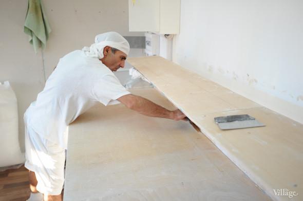 Фоторепортаж: Как пекут хлеб в тандыре. Изображение №2.