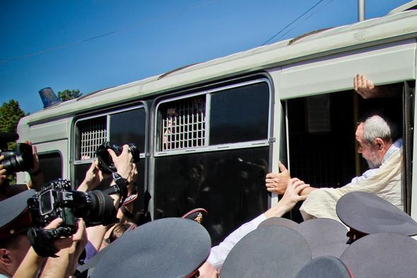 На колонну наваливаются полицейские, начинается давка. Людей в полотнище пытаются пропихнуть в автобус сквозь толпу. Получается с трудом, задержание затягивается.. Изображение № 9.