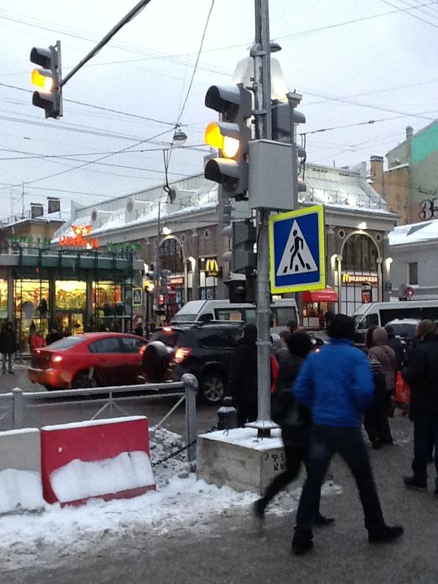 На Среднем проспекте у «Василеостровской» установили светофор. Изображение № 1.