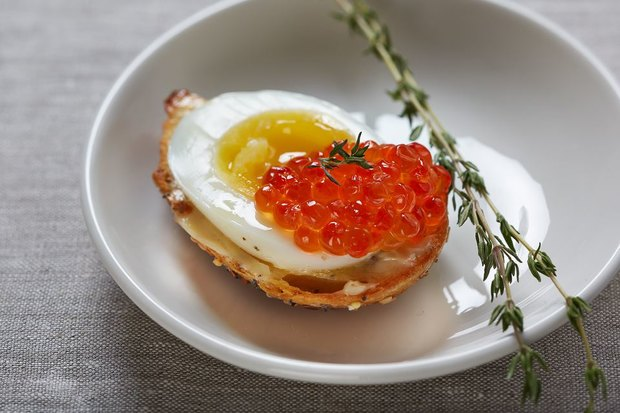Яйцо пашот: 2 деревенских куриных яйца от фермера Николая Алдушина,тост (белый или черный) с красной икрой кеты от рыбака Антона Искандырова. Изображение № 2.