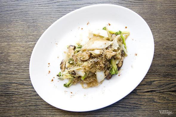 Грибы шиитаке с брокколи и китайской капустой на рисовой лапше —390 рублей. Изображение № 45.