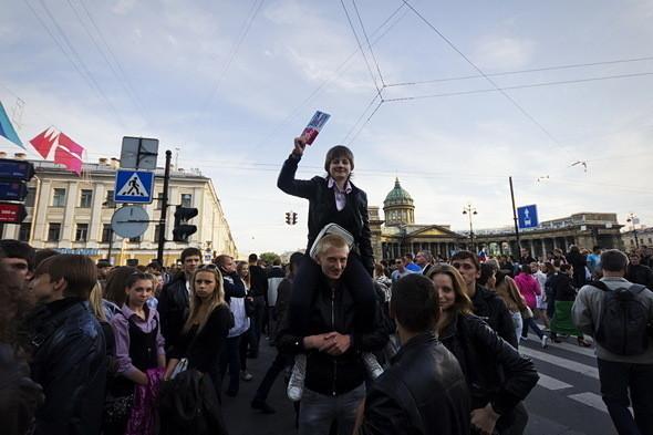 По мере удаления от метро цены на билеты падают до 150–200 рублей. Спекулянты держат на руках по четыре-пять билетов, которые сбывают солидным дядям и тётям, стремящимся затесаться в толпу выпускников на Дворцовой.. Изображение № 4.