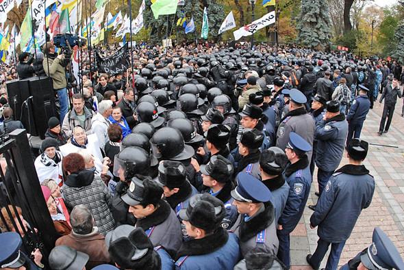 Силами милиции несколько сотен митингующих были оттиснуты с площади.. Изображение № 16.