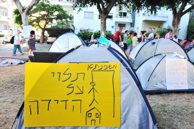 Как у них: Чего требуют на митингах жители Афин, Минска, Тель-Авива и Гонконга. Изображение № 4.