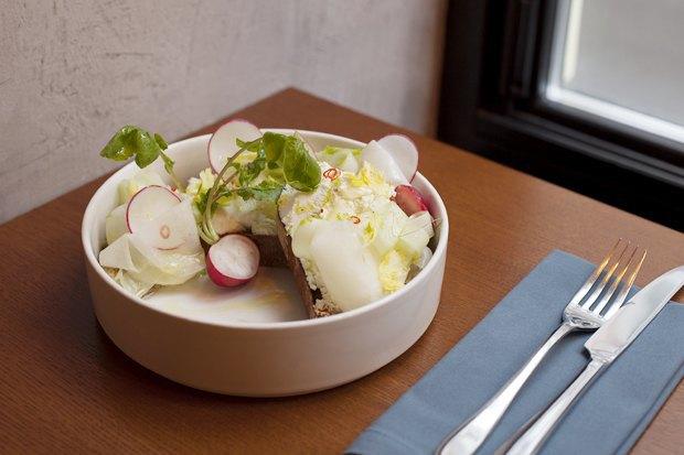Брускетта савокадо, сыром шевр икорнеплодами. Изображение № 2.