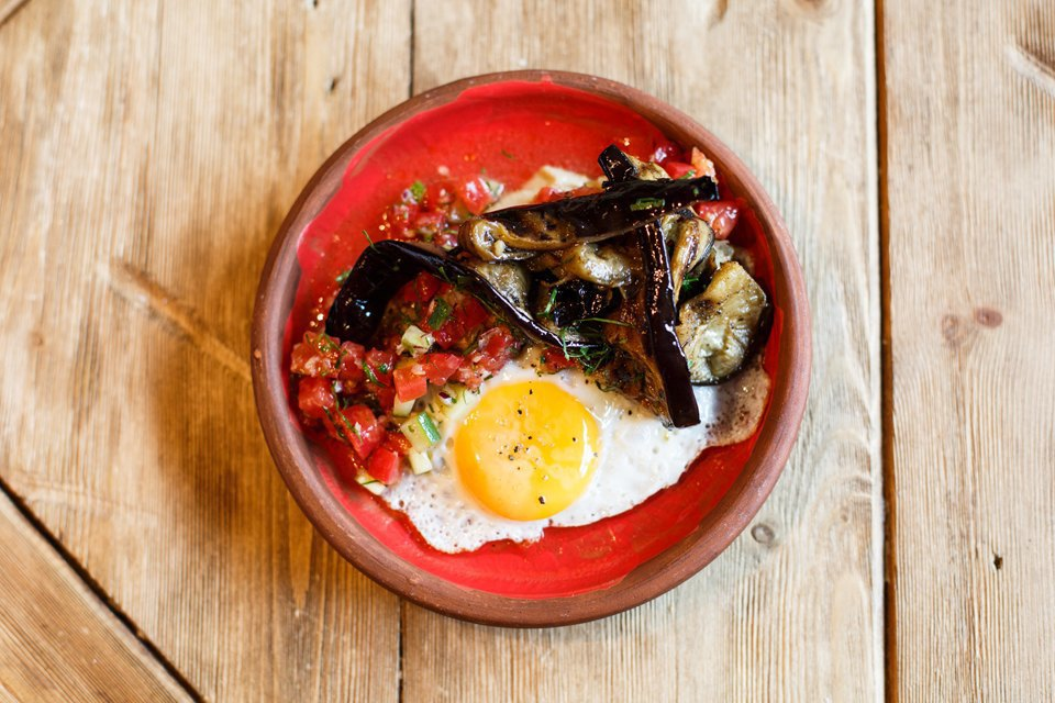 Тахини, хрустящий баклажан, жареное яйцо, томатная сальса 490 рублей. Изображение № 16.