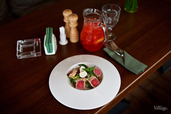 Салат с тунцом, обжаренным в азиатских специях — 380 рублей, домашний лимонад с клубникой — 450 рублей. Изображение № 32.
