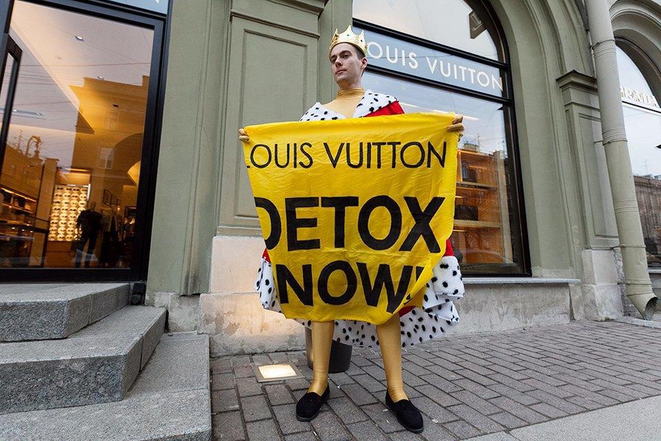 Активист Гринпис пикетирует у бутика Louis Vuitton. Изображение № 5.