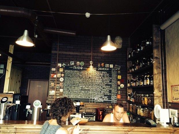 НаПросвещения открыли спортивный магазин-бар скрафтовым пивом. Изображение № 1.