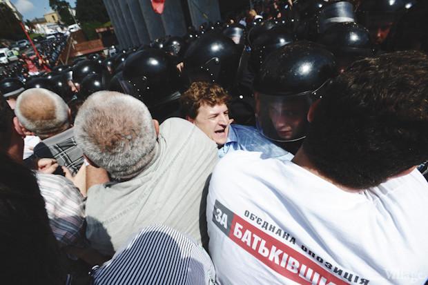 Не сумев оттеснить митингующих, «Беркут» отступает. Изображение № 36.
