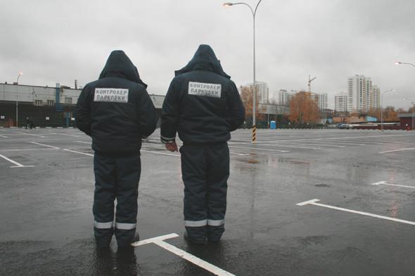 Всего на парковке работает 6 контролеров. Борис и Станислав отвечают за участок, который пока пустует.. Изображение № 17.