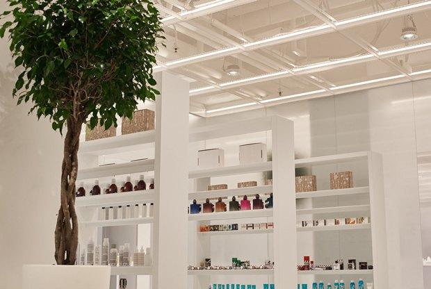В AuPontRouge открылся этаж Cosmotheca сминималистическим дизайном иконвейером. Изображение № 4.