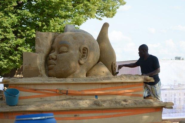 На пляже Петропавловской крепости построили песчаные скульптуры. Изображение № 5.