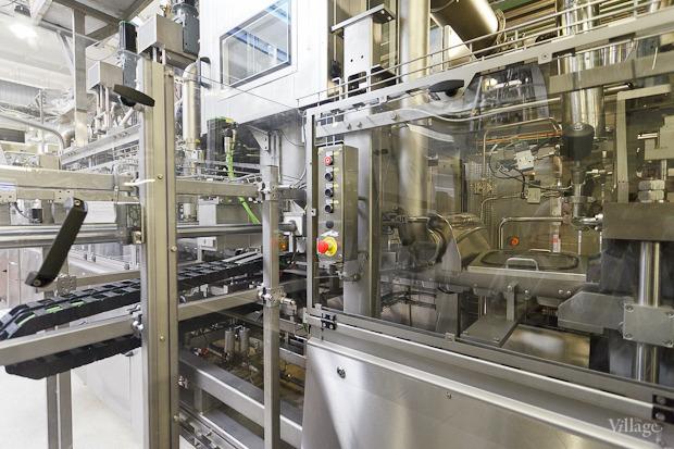Весь процесс, кроме укладывания первоначального листа полистирола, происходит внутри машин, что исключает попадание лишних элементов. Изображение № 41.