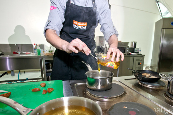 Omnivore Food Festival: Иван Березуцкий готовит суп из черноплодной рябины и нутрию в бересте. Изображение № 6.