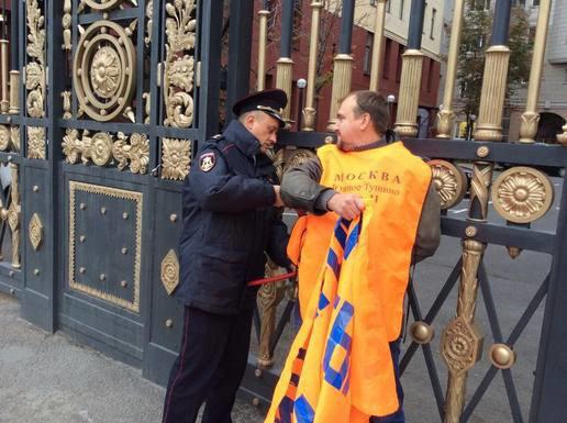 Обманутые дольщики приковали себя к забору у мэрии Москвы. Изображение № 3.
