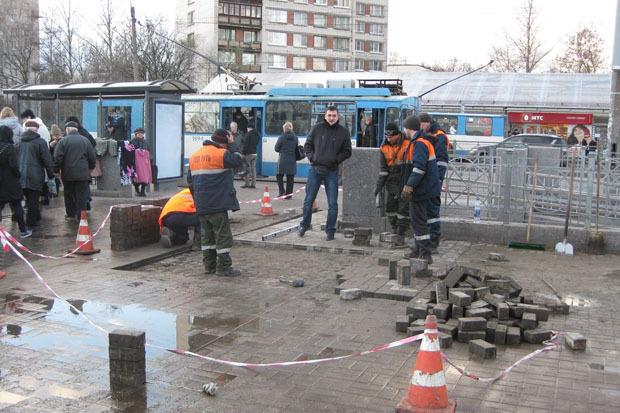 После акции волонтёров асфальт у метро «Проспект Ветеранов» починили . Изображение № 2.