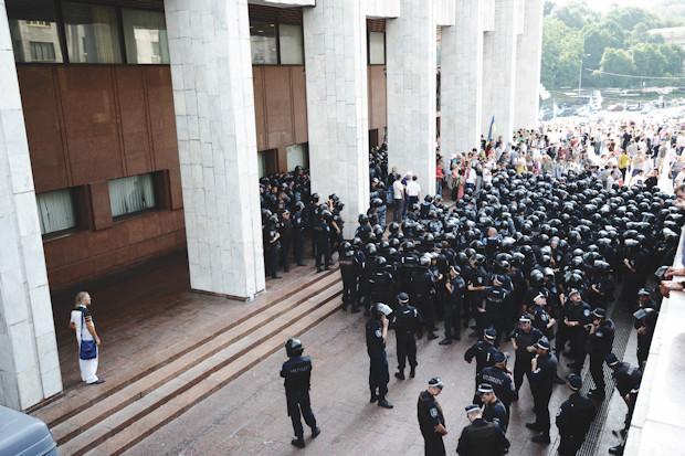 Основные силы милиции сосредоточены со стороны Трёхсвятительской улицы. Изображение № 18.