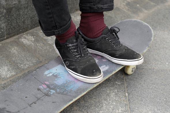 На Никите кеды Gravis Filter, штаны H&M, свитер и футболка из секонд-хенда. Никита катается по всему городу летом и в скейт-парке «Адреналин» зимой.. Изображение № 33.