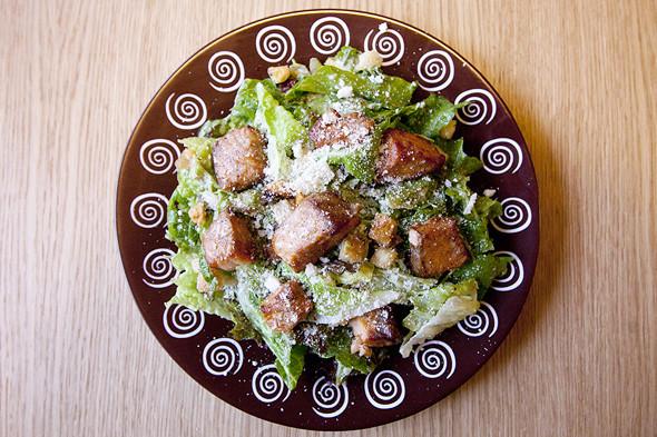 Микс салатов романо, лоло россо и рукколы с запеченной семгой, чесночными гренками, пармезаном, заправленный оригинальным соусом. Изображение № 12.