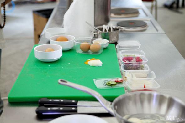 Omnivore Food Festival: Бенжамен Турсель готовит яйца конфи с копчёным чаем и сливами умебоши. Изображение № 30.