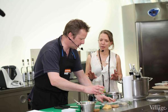 Omnivore Food Festival: Бенжамен Турсель готовит яйца конфи с копчёным чаем и сливами умебоши. Изображение № 3.