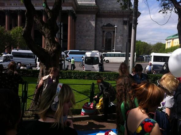 В воскресенье в Петербурге гуляли 500 человек, в понедельник закрывают Исаакиевскую. Изображение № 21.