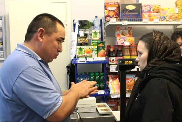 Посетителями магазина являются жители окрестных домов. Изображение № 9.